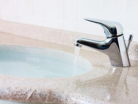 acqua straripante dal lavandino. Formato orizzontale, non la gente, copiare lo spazio