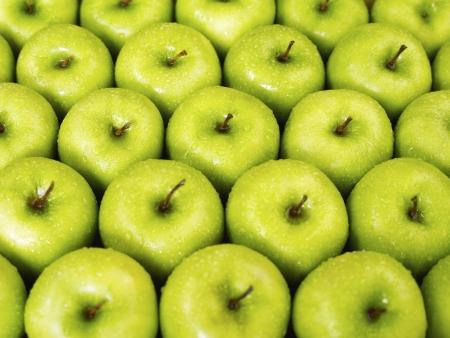manzana agua: gran grupo de manzanas verdes en una fila. Forma horizontal