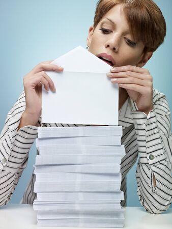 sobres para carta: Secretario caucásicos montón de sobres de cierre. Forma vertical, la vista frontal, la cintura para arriba, espacio de copia Foto de archivo
