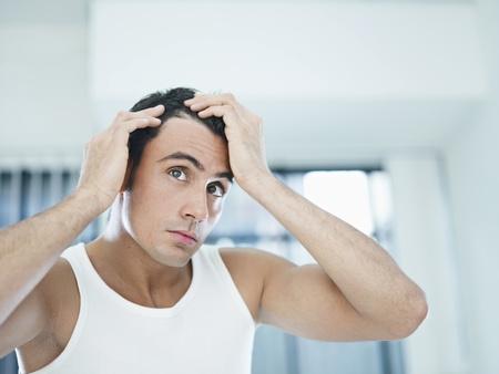 hair man: homme adulte caucasien v�rification capillaires. Forme horizontale, les t�te et les �paules, vue de face, copiez espace
