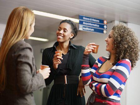 mujer tomando cafe: Grupo de compa�eras multi�tnicas, beber caf� y t�. Forma horizontal, la cintura para arriba