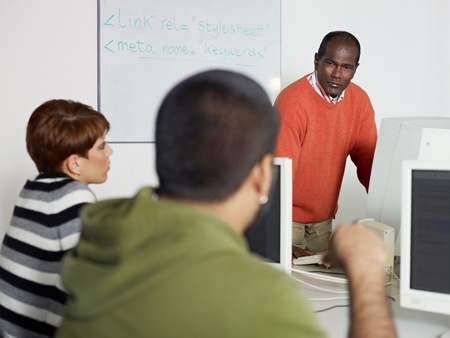hispanic student: Clase de equipo con estudiante hispana pregunta al profesor India masculino. Forma horizontal, centrarse en segundo plano