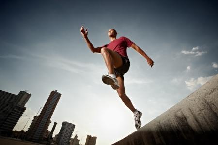 athletes: Am�rique latine athl�te ex�cutant � la Havane, Cuba. Forme horizontale, pleine longueur, vue faible angle