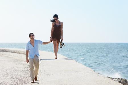 parejas caminando: feliz matrimonio caminando de manos en manos junto al mar Caribe. Copiar de forma horizontal, duraci�n, espacio Foto de archivo