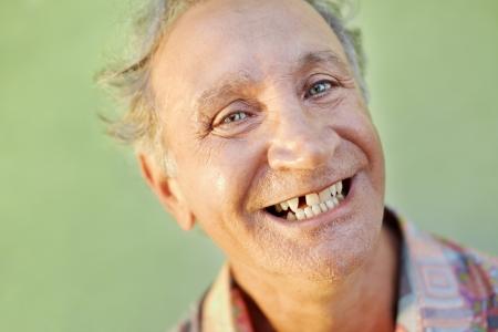 Porträt des älteren kaukasischen Mannes mit den zahnmedizinischen Problemen, die fehlenden Zahn und das Lächeln zeigen. Horizontale Form, Kopie, Raum