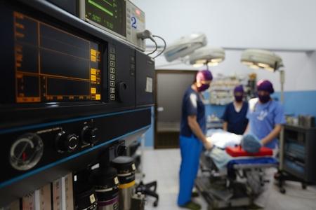 emergencia medica: El trabajo en equipo con m�dicos, enfermeras, cirujanos realizar la cirug�a en el paciente enfermo en la habitaci�n de la operaci�n. Enfoque en primer plano