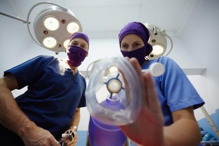 oxigeno: El trabajo en equipo con la enfermera y el cirujano realiza la cirugía en la habitación de la operación