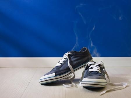 smell: concepto de tiro de la transpiraci�n pies: el mal olor que sale de los zapatos viejos y sucios