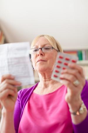 sick person: Anciana cauc�sico con la medicina y la prescripci�n de drogas de lectura. Copie el espacio Foto de archivo