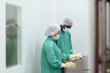medical  plant: Los t�cnicos de laboratorio en el trabajo en la planta m�dica con maquinaria y equipos