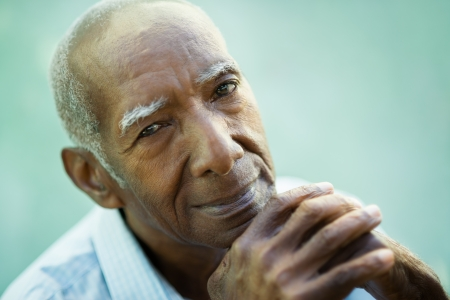 hombres de negro: Retrato de hombre feliz hispana alto mirando a la cámara y sonriendo.