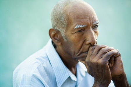 hombre calvo: Retrato de la tercera edad de la edad contemplativa el hombre afroamericano mirando a otro lado. Foto de archivo