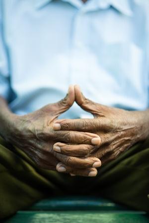 1 senior: Primer plano de las manos de los ancianos hombre afroamericano sentado en el banco