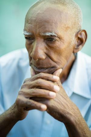 sad man: Retrato de la tercera edad de la edad contemplativa el hombre afroamericano mirando a otro lado. Copie el espacio