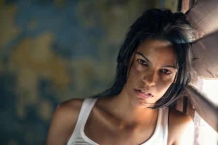 violencia intrafamiliar: La violencia dom�stica, retrato de una mujer abusada y herida joven llorando en su casa