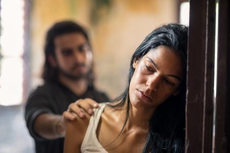 abuso: Las cuestiones sociales, la violencia dom�stica con su esposo joven que trata de conciliar con la esposa maltratada