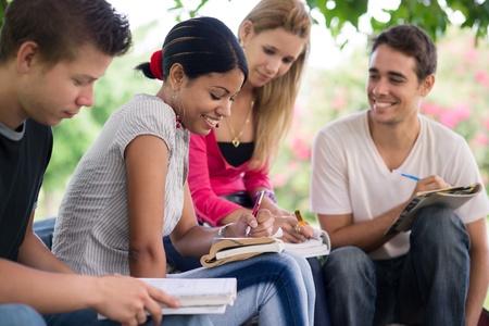 personas ayudando: Los amigos y la educaci�n, grupo de estudiantes universitarios estudiando, revisando las tareas y la preparaci�n de la prueba