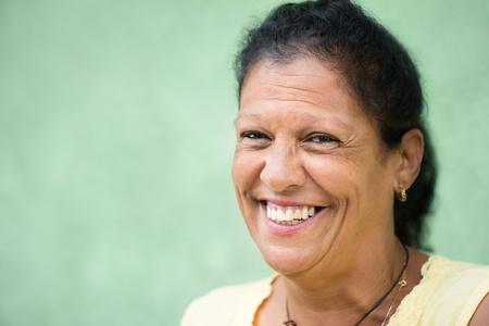 caras de emociones: Retrato de feliz anciana hispana sonriendo a la cámara. Copiar el espacio
