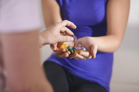 La medicina alternativa, la curación del dolor y la mujer, joven terapeuta elección para la terapia reiki cristales con el cliente. Vista recortada Foto de archivo
