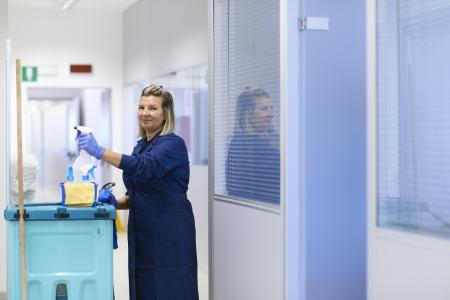 Office uniforms: Mujeres en el trabajo, retrato de feliz limpiador profesional femenino sonriente y mirando a c�mara en el cargo. Encuadre de tres cuartos Foto de archivo
