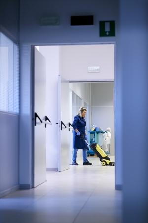 mujer limpiando: Mujer trabajadora, limpieza profesional de limpieza y lavado de suelo con maquinaria en la construcci�n industrial. De longitud completa