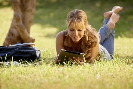 scalzo ragazze: Gli studenti e l'educazione, i giovani a scuola, donna con libri e computer tablet digitale studiare per esame universitario. Lunghezza completa