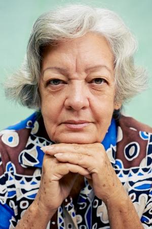 mujer pensativa: Personas Retrato mayor, anciana feliz sonriendo y mirando a la cámara