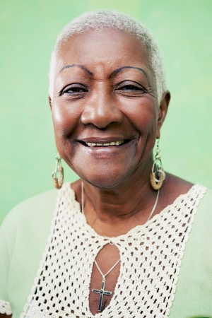 señora mayor: Retrato de mujer negro viejo, dama en ropa elegante sonriente sobre fondo verde