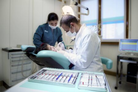 Près de matériel dentaire à l'hôpital avec le patient allongé sur le divan et de travail de dentiste. Focus sur l'avant-plan Banque d'images