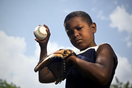 guante de beisbol: Deporte, el b�isbol y ni�os, retrato de ni�o con guante de la celebraci�n de bal�n y mirando a c�mara Foto de archivo