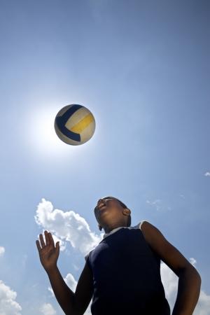 Enfants jouant le jeu de football, le jeune enfant frapper la balle de soccer dans le parc