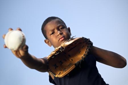 guante de beisbol: Deporte, el b?isbol y ni?os, retrato de ni?o con guante de la celebraci?n de bal?n y mirando a c?mara