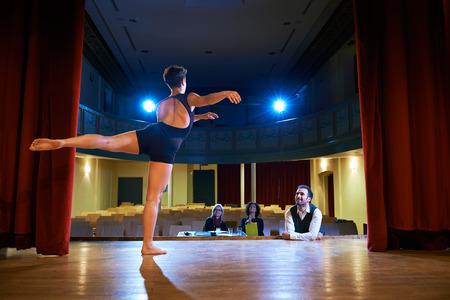 ballet clásico: Audición con el joven bailarín en el escenario, haciendo examen en el teatro y la danza para el director y el personal Foto de archivo