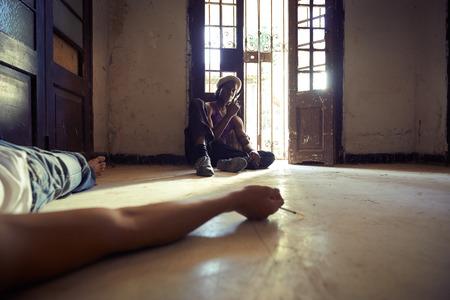 sobredosis: Hombre del afroamericano y de un individuo caucásico en caso de sobredosis, la inyección de heroína con la jeringuilla y tirado en el pavimento Foto de archivo