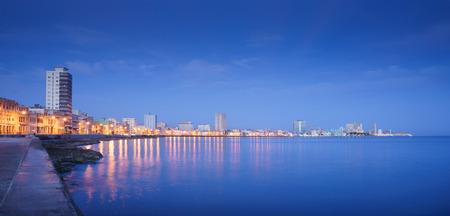 관광 및 여행 목적지. 쿠바, 카리브해, 라 하바나 하바나. 스카이 라인의 전망과 malecon에서 건물. 공간을 복사 스톡 콘텐츠