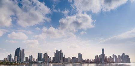 Los atractivos turísticos y pintorescos de destino. Vista panorámica del horizonte de la ciudad de Panamá y el mar