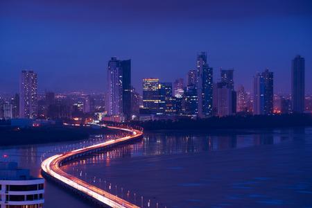 Panama City, Centraal-Amerika, met uitzicht op de Costa Del Este en Corredor Highway 's nachts, met een file van auto's en voertuigen
