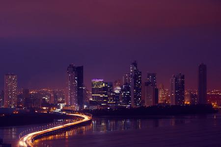 자동차와 차량의 교통 체증에 파나마 시티, 중앙 아메리카, 밤에 코스타 델 에스테와 Corredor 고속도로보기