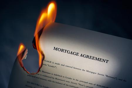 legal document: Primer plano de contrato de pr�stamo morgage quema. Concepto de tiro de la libertad de las deudas y nuevos comienzos Foto de archivo