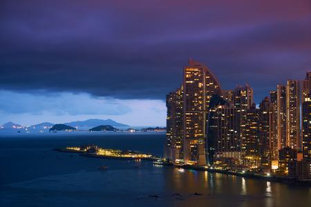 Panama City, met uitzicht op de wijk Punta Pacifica, boten te wachten om het kanaal en de Trump Tower Wolkenkrabber in te voeren bij zonsondergang