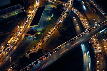 交通: パナマ市の中央アメリカでは、車と車の渋滞で夜から高速道路と経由でイスラエルのビュー 写真素材