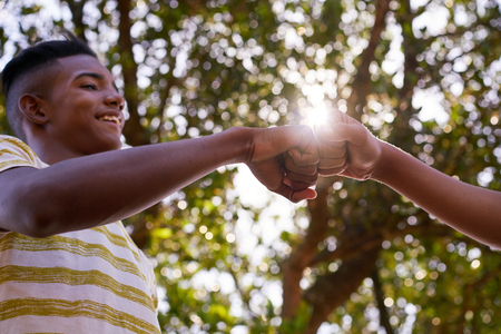 La culture des jeunes, les jeunes, un groupe d'amis de sexe masculin, les adolescents multiethniques extérieur, les adolescents ainsi que dans le parc. garçons heureux réunion, les enfants se serrant la main, en souriant. Concept du racisme et de l'intégration des races Banque d'images