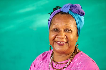 Oude Cubaanse volk en emoties, portret van senior Afrikaanse Amerikaanse dame lachen en kijken naar de camera. Gelukkig bejaarde zwarte vrouw uit Havana, Cuba glimlachen