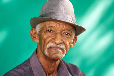 진짜 쿠바 사람들과 감정, 카메라를 찾고 슬픈 수석 히스패닉 남자의 초상화. 쿠바, 하바나에서 콧수염과 모자를 쓰고 걱정되는 오래된 라틴계 할아버 스톡 콘텐츠