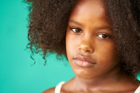 감정과 감정을 가진 쿠바 아이들의 초상화. 하바나, 쿠바에서에서 검은 어린 소녀 걱정 된 얼굴, 슬픈 식으로 여성 아이 함께 멀리 찾고.