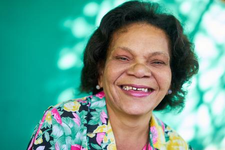 古いヒスパニックと現実の人々 キューバから気持ちや感情、笑って、カメラ目線面白いのシニアのアフリカ系アメリカ人の女性の肖像画。高齢者の 写真素材