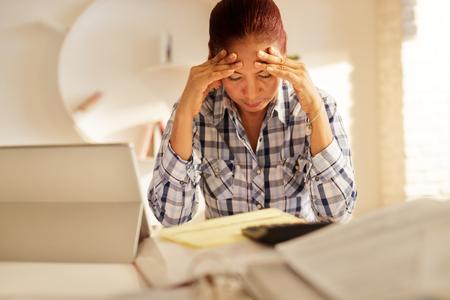怒っているシニア女性が法案を支払い、連邦税申告を提出 写真素材 - 95335222