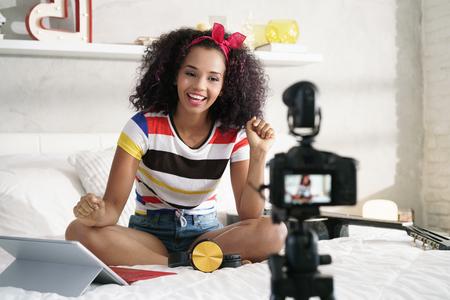 Girl Recording Blog vidéo Vlog à la maison avec caméra Banque d'images - 101790575