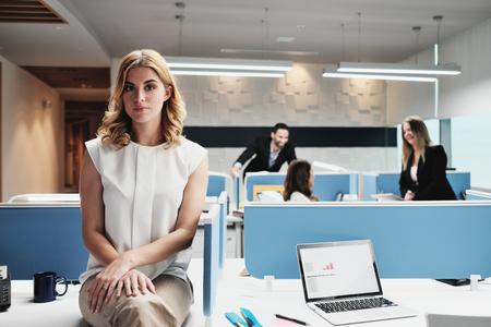 コワーキングオフィスでカメラを見ている肖像画心配のビジネスウーマン 写真素材