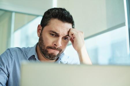 心配ビジネスマンは、ラップトップコンピュータ上でウイルスやデータの損失を得ました